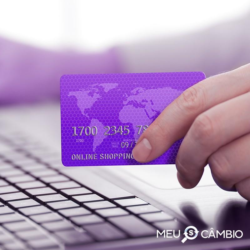 Cartão de crédito, vale a pena viajar só com ele?