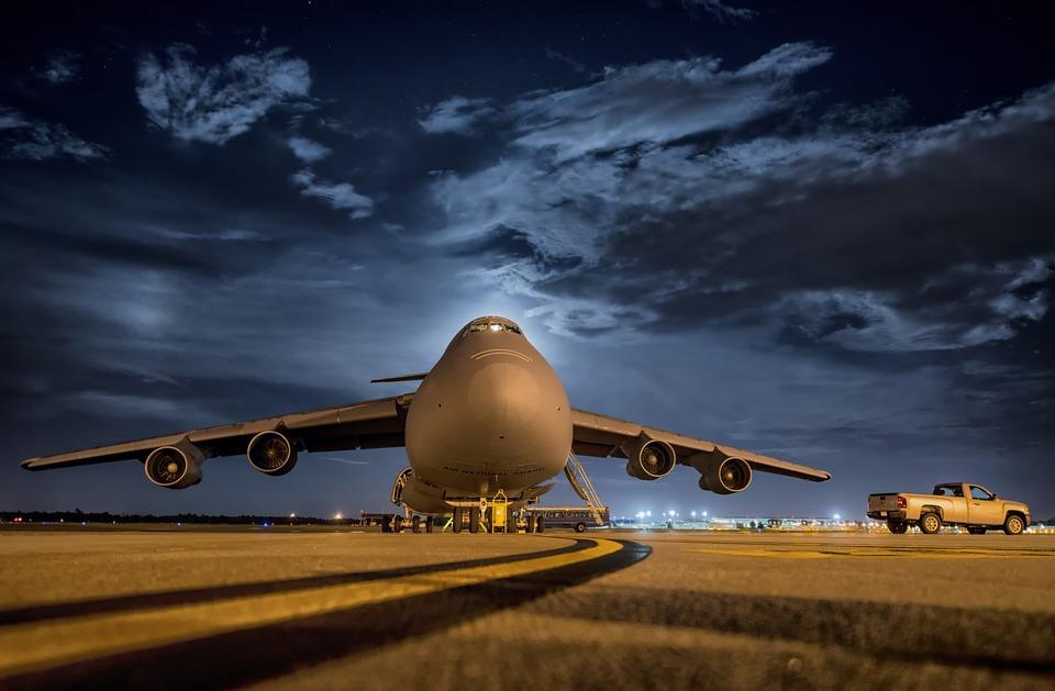 É mais barato comprar passagem aérea durante a madrugada?